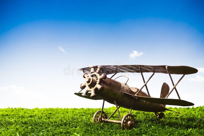 Zabawkarski samolot na trawie na słonecznym dniu fotografia royalty free