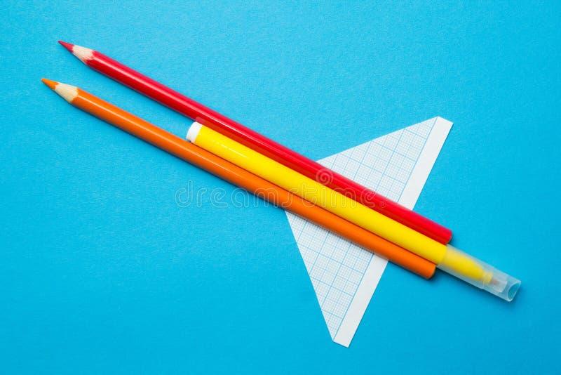Zabawkarski samolot robić ołówki na błękitnym tle, dziecko twórczość zdjęcie royalty free