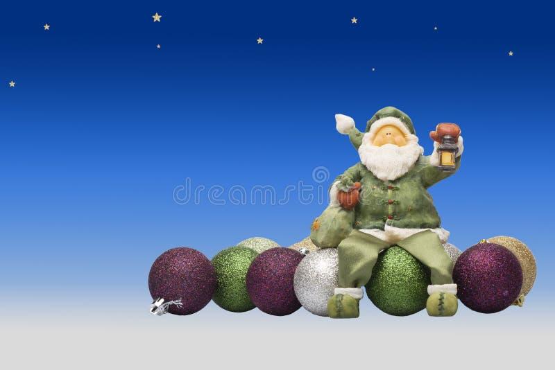 Zabawkarski Santa siedzi na zabawkarskich piłkach bauble błękitny bożych narodzeń składu szkło fotografia stock