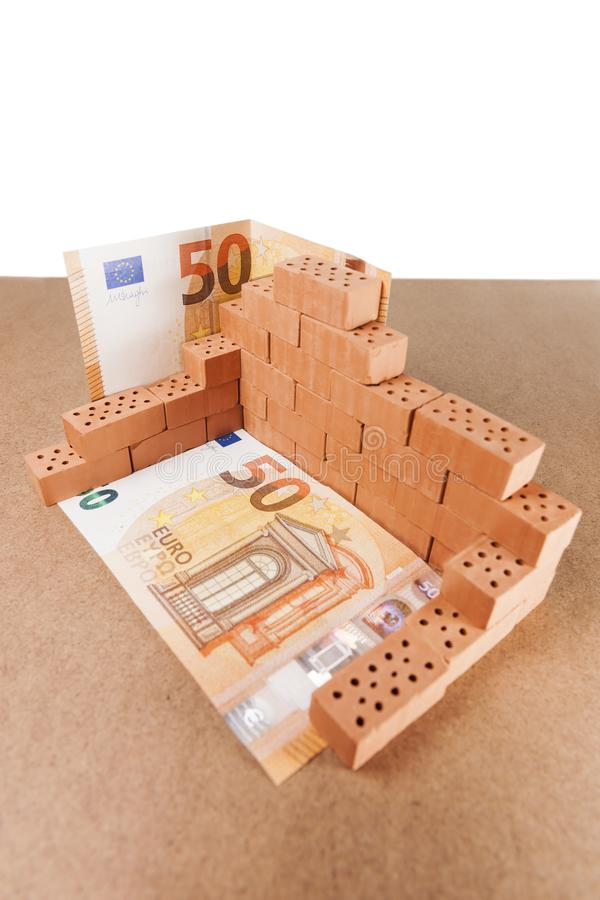 Zabawkarskie cegły na hardboard z banknotem fotografia royalty free