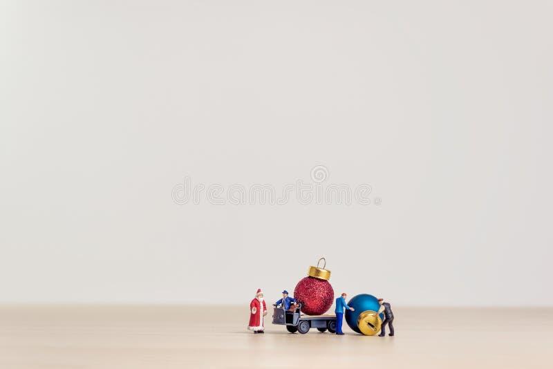Zabawkarskiego ciężarowego przewożenia Bożenarodzeniowe dekoracyjne piłki Bożenarodzeniowy pojęcie z kopii przestrzenią zdjęcie royalty free