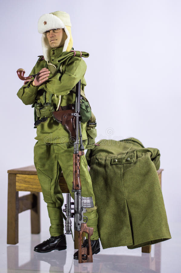 Zabawkarskiej mężczyzna żołnierza akci postaci miniatury biały i odosobniony realistyczny jedwabniczy tło obraz royalty free
