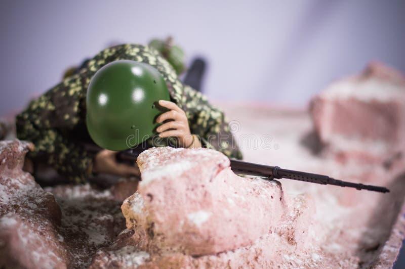 Zabawkarskiej mężczyzna żołnierza akci postaci miniatury dioramy realistyczny jedwabniczy tło zdjęcia royalty free