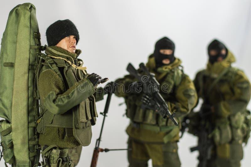 Zabawkarskiej mężczyzna żołnierza akci postaci miniatury realistyczny jedwabniczy biały tło zdjęcia stock