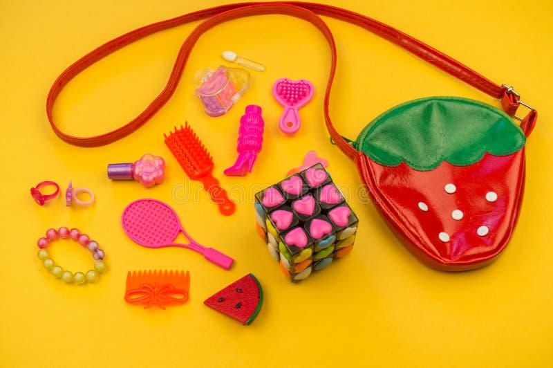 Zabawki dla dziewczyn od torby forma truskawki obrazy royalty free