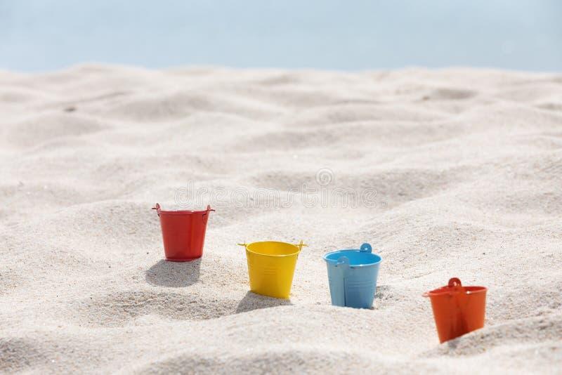 Zabawki stawiać dalej biała piasek plaża obrazy royalty free