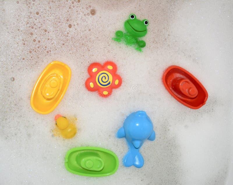 Zabawki unosi się w skąpaniu z pianą zdjęcie royalty free