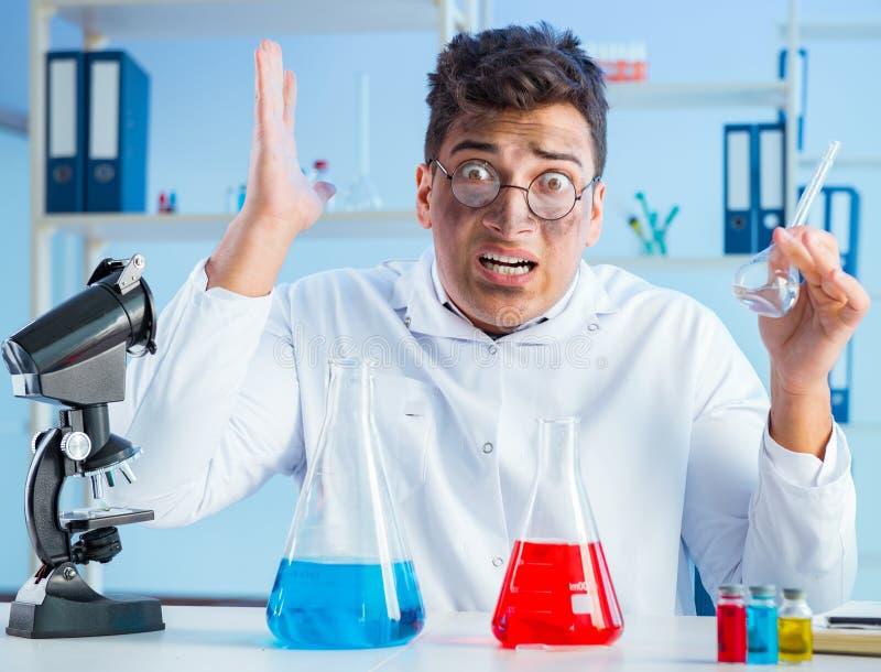 Zabawny szalony chemik pracujący w laboratorium fotografia royalty free