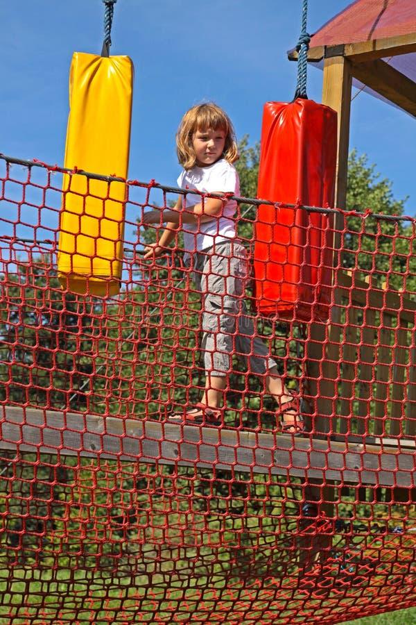 zabawy dziewczyny przeszkody pokonują park arkanę obrazy stock