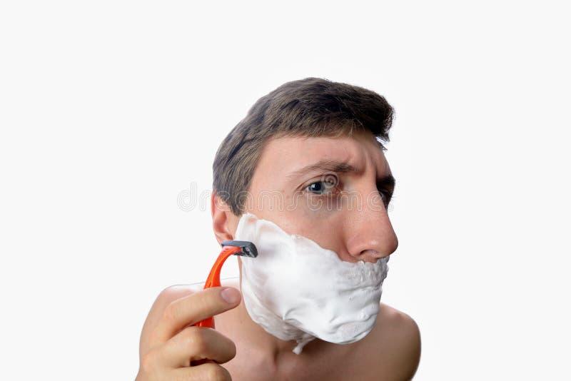 Zabawy fisheye widok młody człowiek który ogolenie na białym tle zdjęcie stock