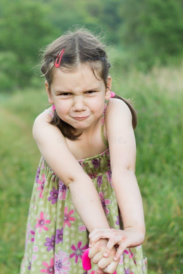 Zabawy grimacing mała dziewczynka obraz royalty free