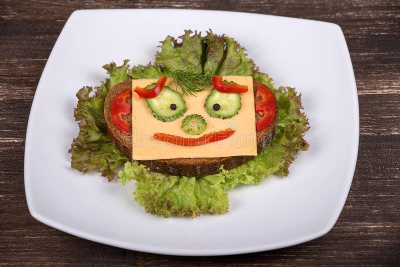 Zabawy jedzenie dla dzieciaków - stawia czoło na chlebie obrazy royalty free