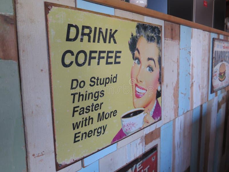 Zabawy kawowy ogłoszenie w Holenderskiej wiosce rybackiej fotografia stock