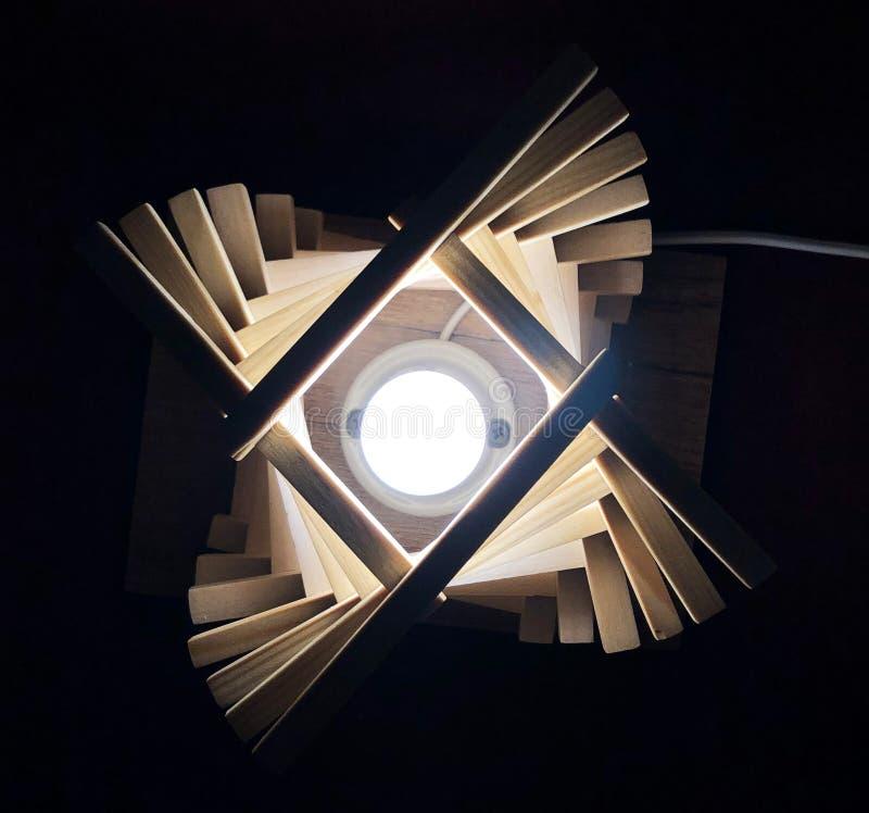 zabawy nocy ?wiat?a lampa z drewnianymi blokami obrazy royalty free