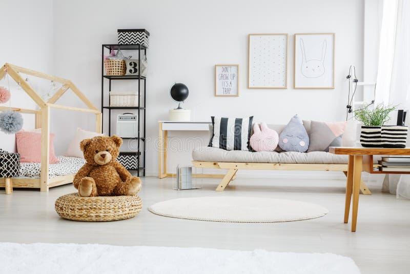 Zabawy playroom dziewczyna obrazy stock