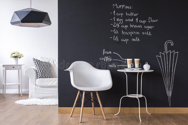 Zabawy pracowniany mieszkanie z chalkboard ścianą obraz stock