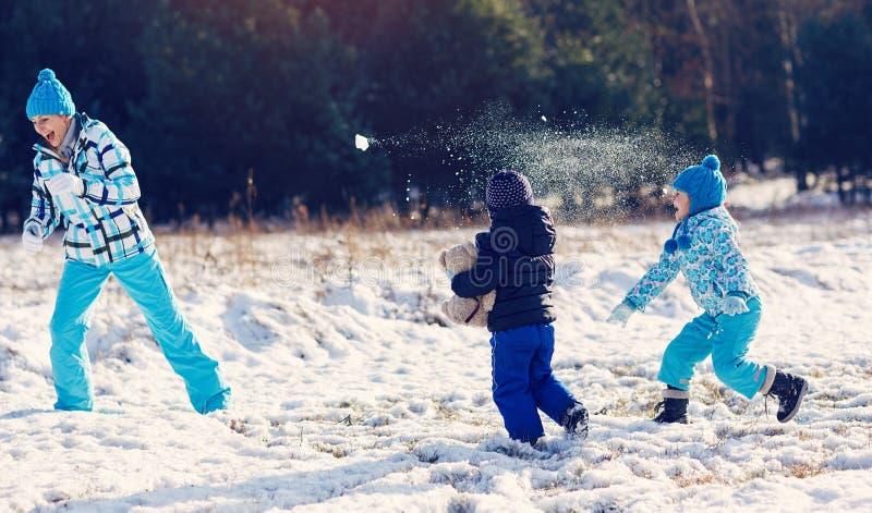 zabawy rodzinna zima obrazy royalty free