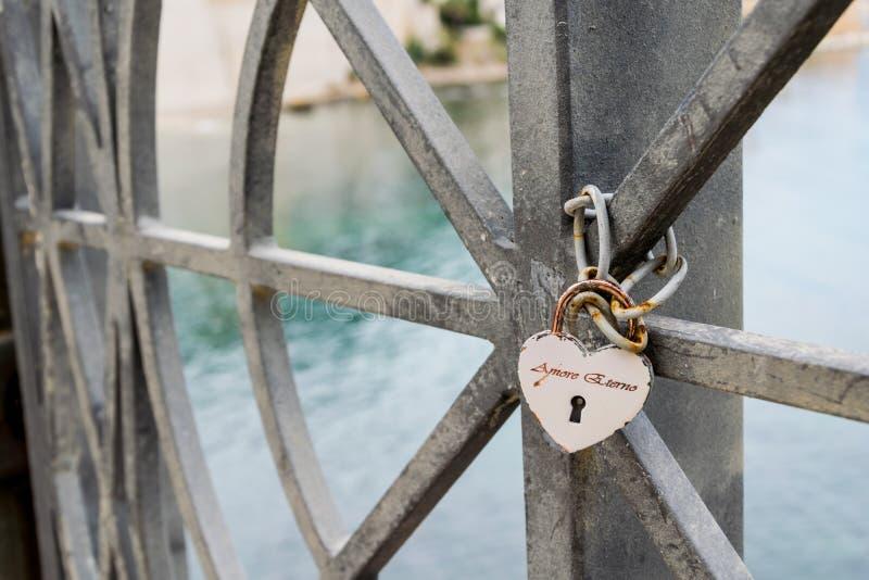 Zabezpieczać miłości z kłódką zdjęcia royalty free