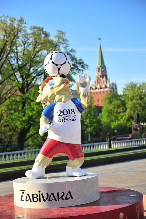 Zabivaka, maskot av fotbollvärldscupen Ryssland 2018 och Kreml t royaltyfri foto