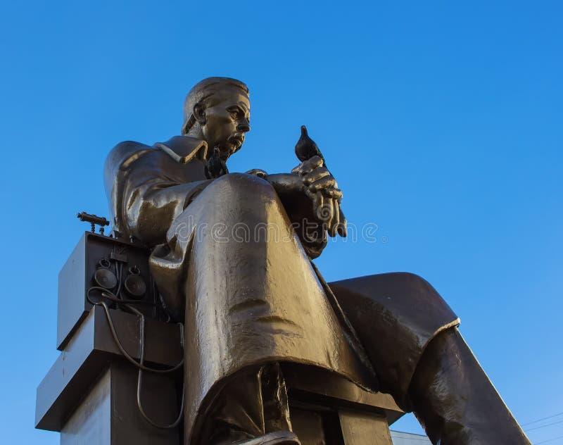 Zabytek Aleksander Popov z gołąbką na jego ręce, Rosyjski nowator radio fotografia stock