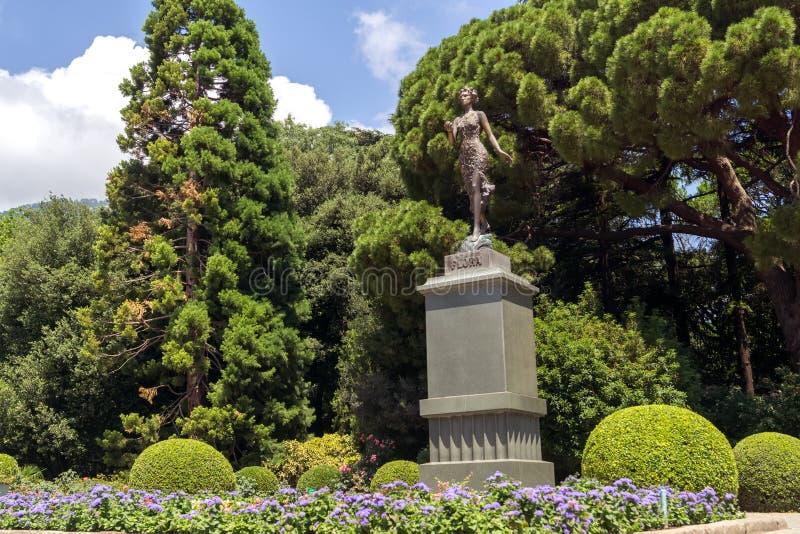 Zabytek antyczna Romańska bogini kwiaty i wiosny flora w ogródzie botanicznym fotografia stock