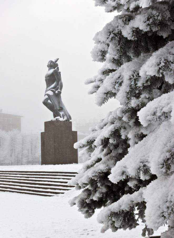 Zabytek Bohaterskiego komsomoła brązowa rzeźba młody Czerwonego wojska mężczyzna pod spada śniegiem w St Petersburg, Rosja Ostroś obraz stock