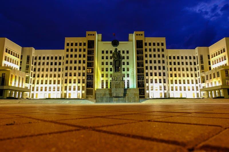 Zabytek Lenin przed rzędu domem republika Białoruś Niezale?no?? kwadrat, Minsk, Bia?oru? zdjęcie royalty free