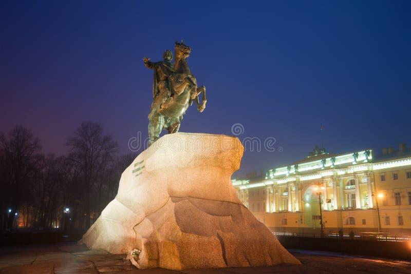 Zabytek Peter Wielki Brązowy jeździec noc Petersburg st zdjęcia stock