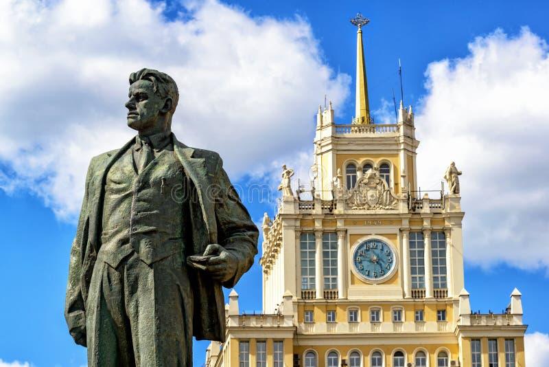 Zabytek poeta Vladimir Mayakovsky i hotel Pekin, Mosc obraz royalty free