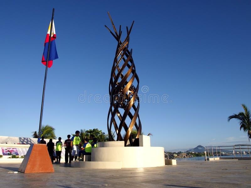 Zabytek w Tacloban miasta stojakach w wspominaniu tamto które znikali w burza przypływie przynosił tajfunem Yolanda obraz royalty free