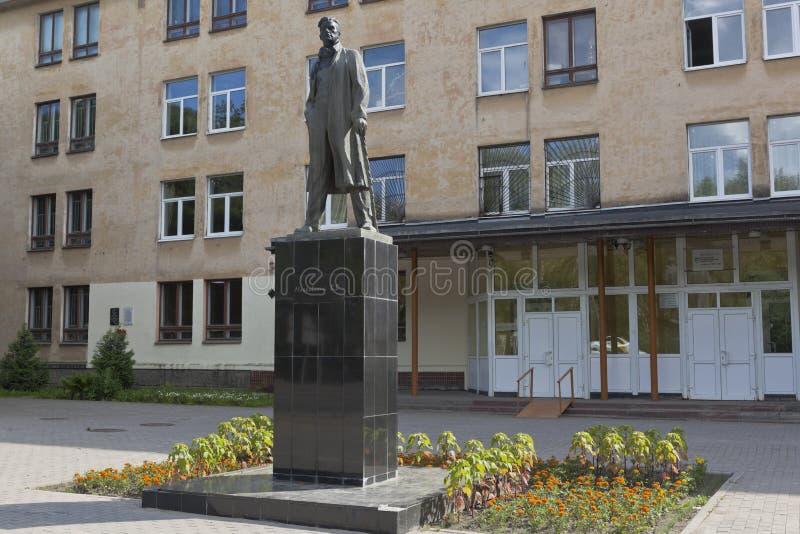 Zabytek wielka Rosyjska poeta Vladimir Mayakovsky przed budynkiem Vologda Pedagogical uniwersytet w mieście zdjęcia stock