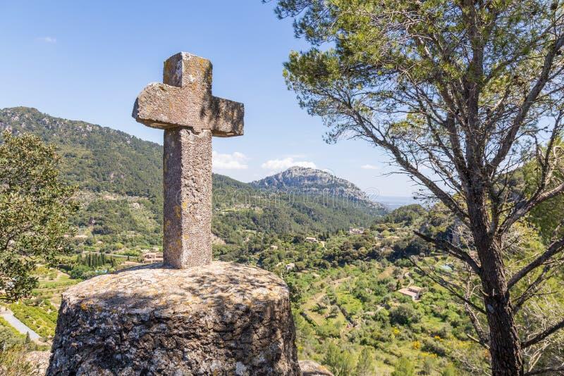 Zabytek z krzyżem blisko Valdemossa miasteczka, Mallorca obrazy stock