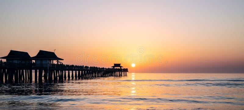 zachód słońca nad ocean Odbicie słońce w oceanie obraz royalty free