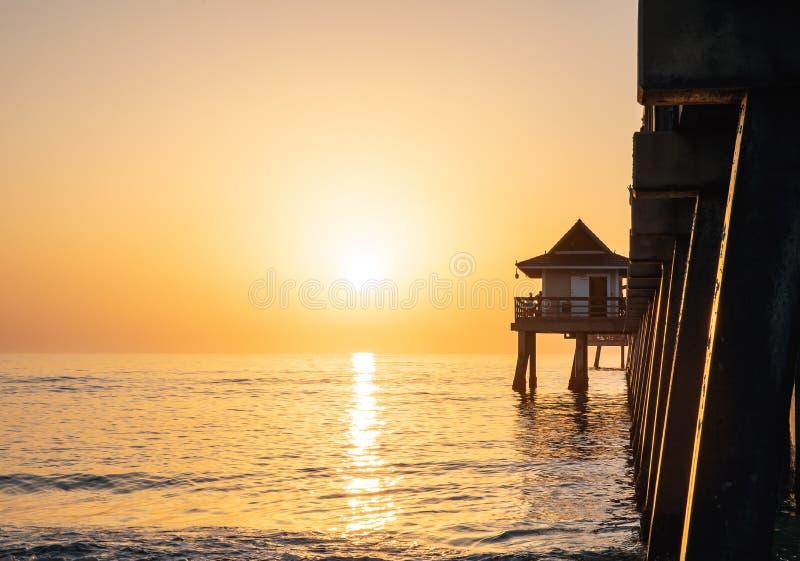 zachód słońca nad ocean Odbicie słońce w oceanie fotografia stock