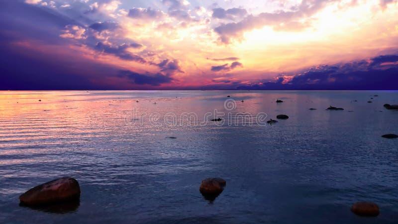 Zachód słońca na morzu słońce noc niebo gwiazdy światło niebieski skyline wieczorne światło odbicie na wodzie morskiej złoto letn obraz royalty free