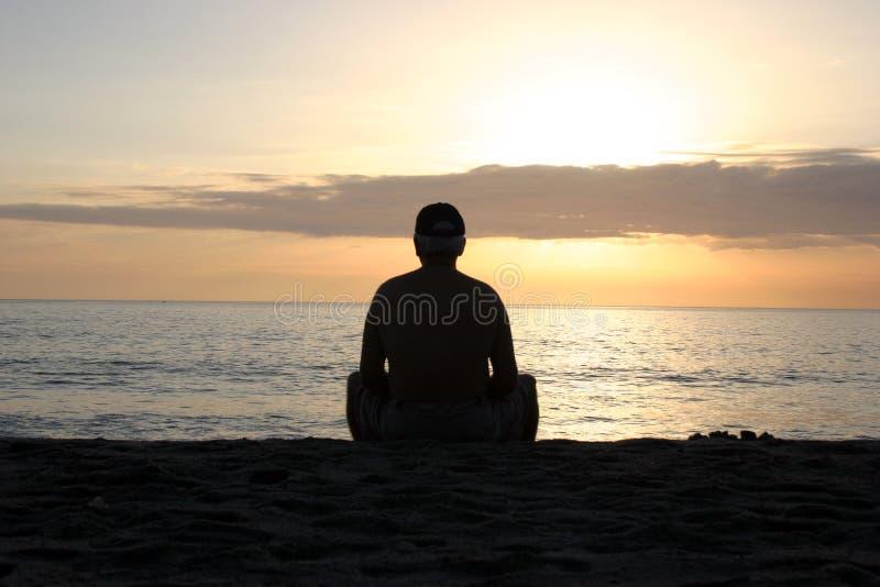 Download Zachód słońca na plaży zdjęcie stock. Obraz złożonej z medytacja - 31118