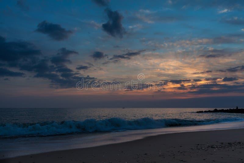 Zachód słońca na plaży w Quarteira, Portugalia obraz stock