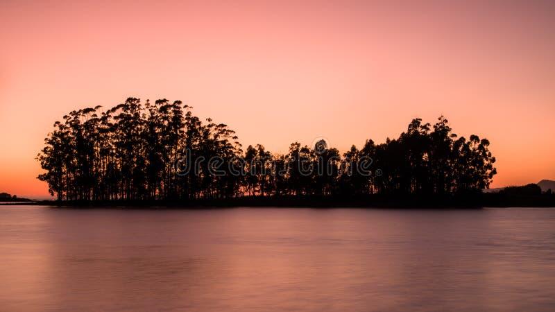 Zachód słońca na ujściu Arousa, niedaleko miasta Cambados, Galicja zdjęcie royalty free
