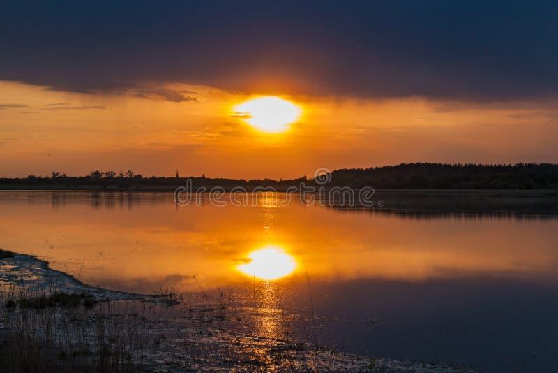 zachód słońca nad jezioro zdjęcia stock