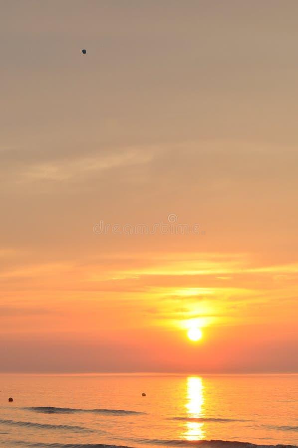 zachód słońca nad morza czarnego Krwawi lampiony Podnosić powietrze zdjęcia stock