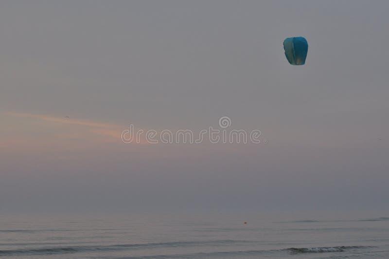 zachód słońca nad morza czarnego Krwawi lampiony Podnosić powietrze wakacje obrazy royalty free