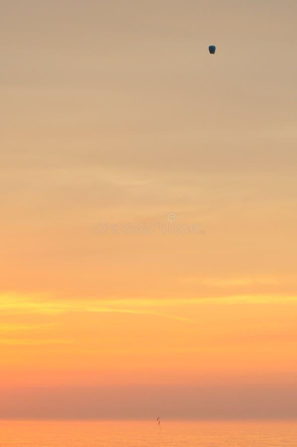 zachód słońca nad morza czarnego Krwawi lampiony Podnosić powietrze wakacje obrazy stock