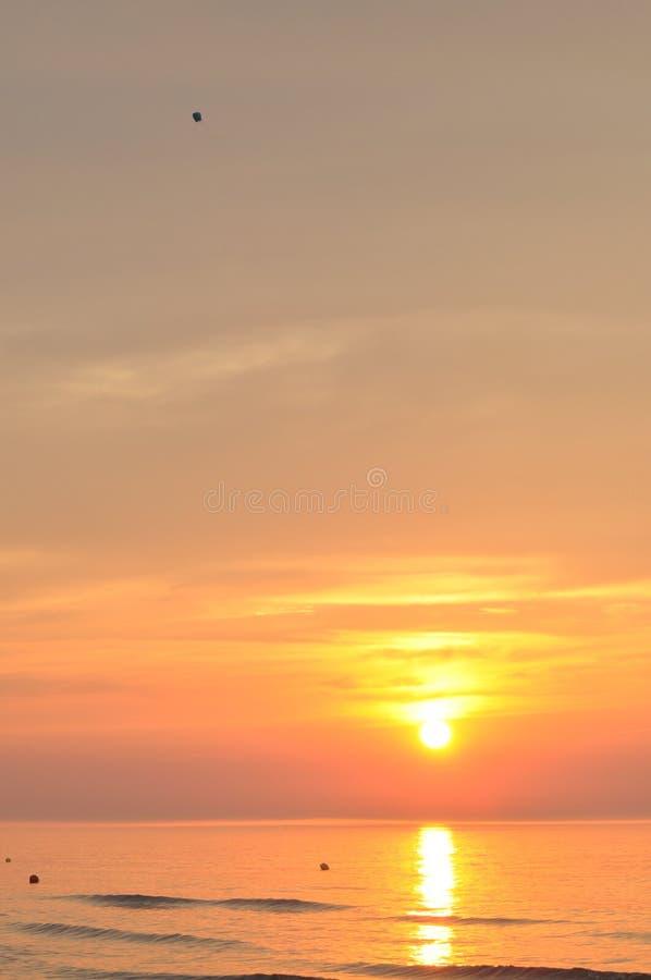zachód słońca nad morza czarnego Krwawi lampiony Podnosić powietrze wakacje fotografia stock