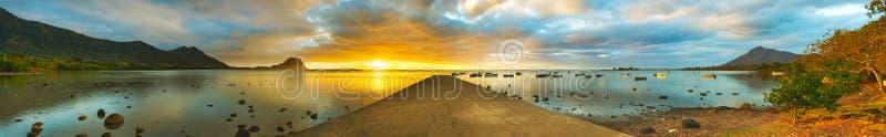 zachód słońca nad morza czarnego Le Morn Brabant na tle panorama obraz royalty free