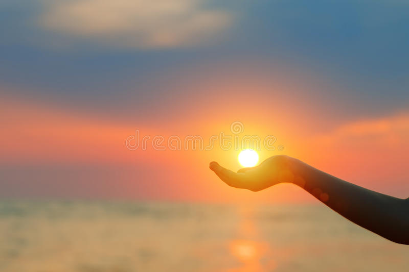 zachód słońca nad morza czarnego Słońce w dziecka ` s ręce fotografia royalty free