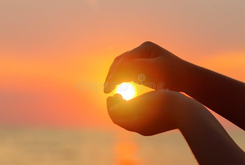zachód słońca nad morza czarnego Słońce w dziecka ` s ręce zdjęcie stock