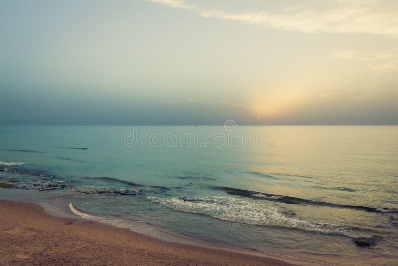 zachód słońca nad morza czarnego Sylwetka łodzie na horyzoncie fotografia stock