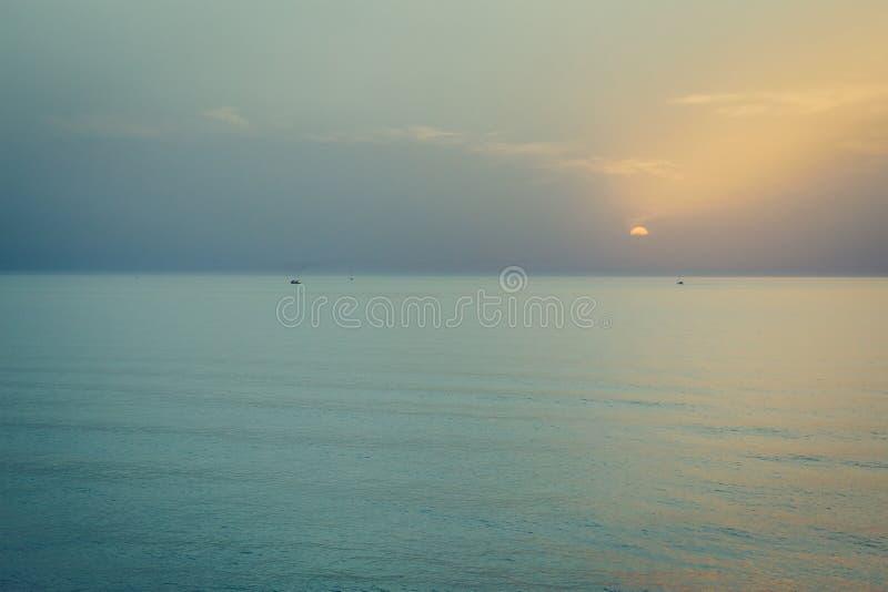 zachód słońca nad morza czarnego Sylwetka łodzie na horyzoncie fotografia royalty free