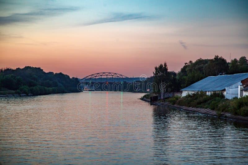 zachód słońca nad rzeką fotografia stock