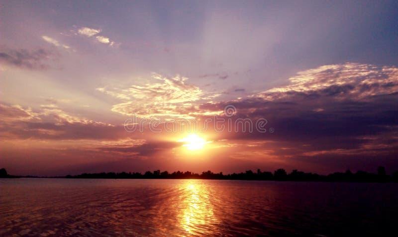 zachód słońca nad rzeką obraz royalty free